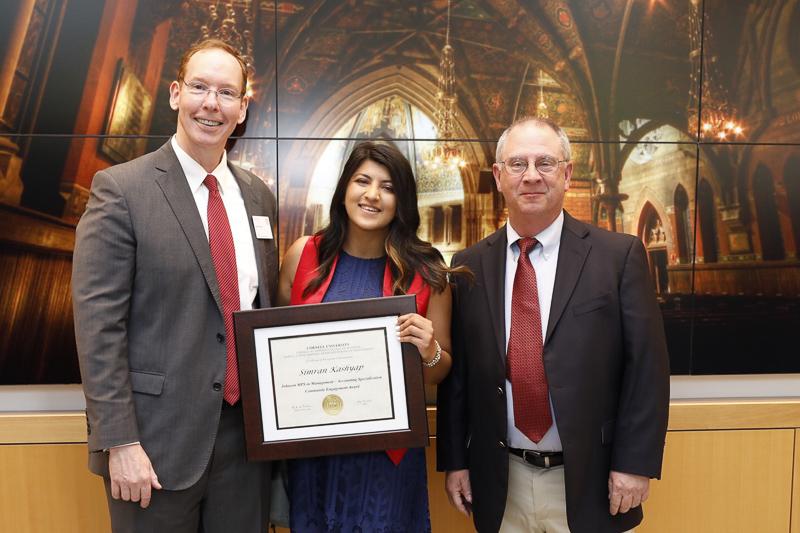 Simran Kashyap with her award