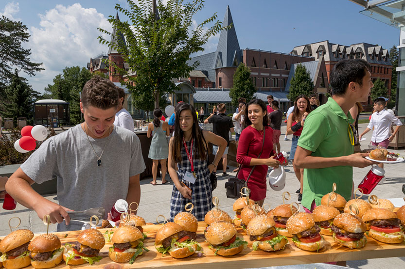 Incoming students enjoy a burger buffet at an Orientation event